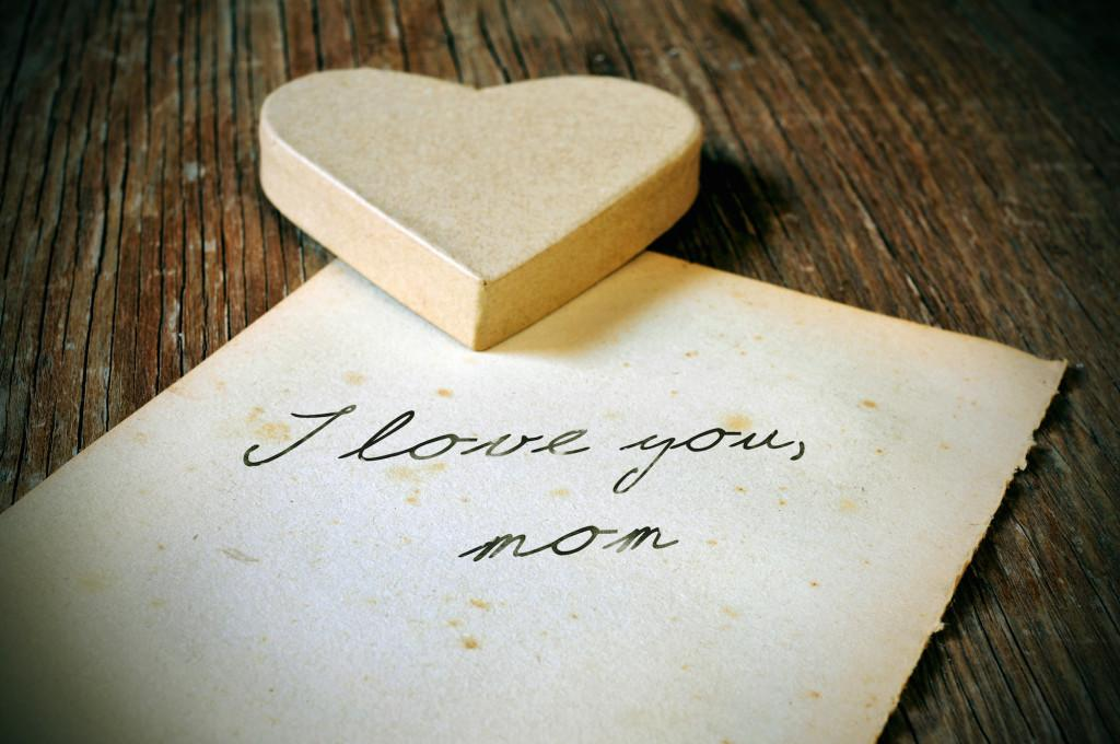 I love you, mom, written on a note paper